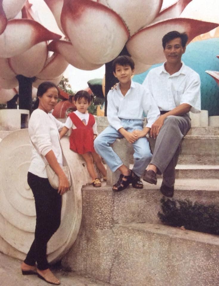 Hoa hậu Hoàn vũ Việt Nam 2019 Khánh Vân chia sẻ hình ảnh chụp cùng anh trai và cha mẹ trong chuyến đi chơi.
