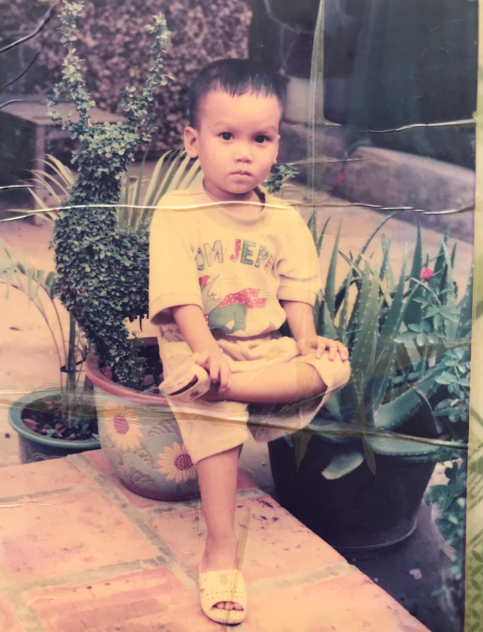 Anh Sinkô (sinh năm 1994, An Giang) cho biết bức ảnh được chụp vào dịp Tết 1998. Thuở nhỏ, tôi chỉ mong chờ đến Tết để được chụp ảnh, mặc quần áo mới. Trong ảnh là đồ mới cha tôi mua