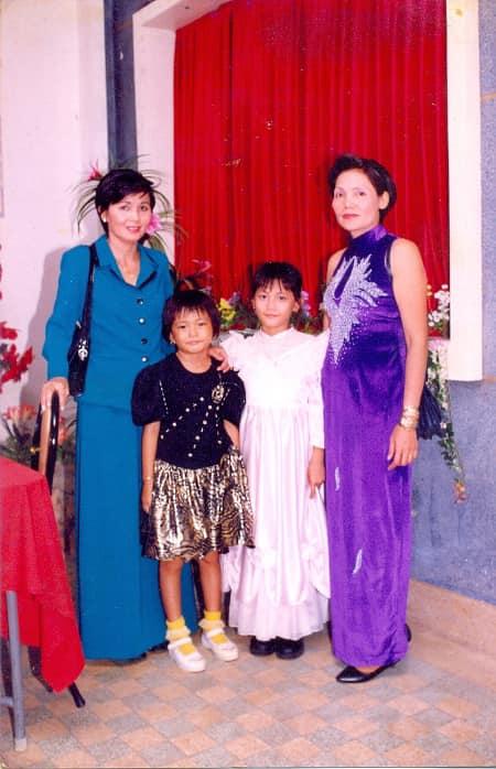 Á hậu Mâu Thuỷ (đầm đen) chụp ảnh cùng mẹ, bác gái và chị họ khi đi dự đám cưới. Cô hài hước bảo do đang ăn tiệc ngon lại bị bắt ra chụp hình nên có vẻ không hợp tác cho lắm.