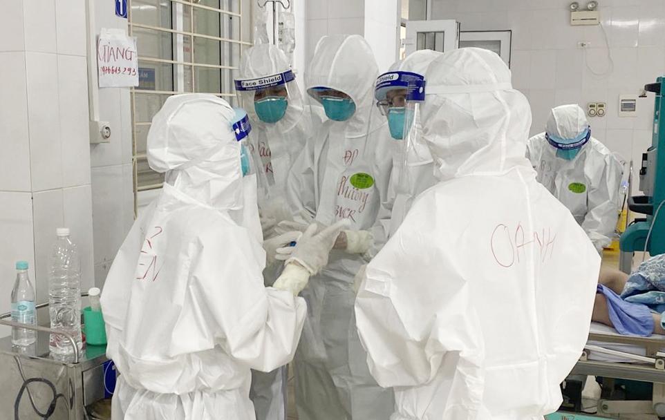 Nhân viên y tế đang hội chẩn ca bệnh nhân COVID-19 nặng