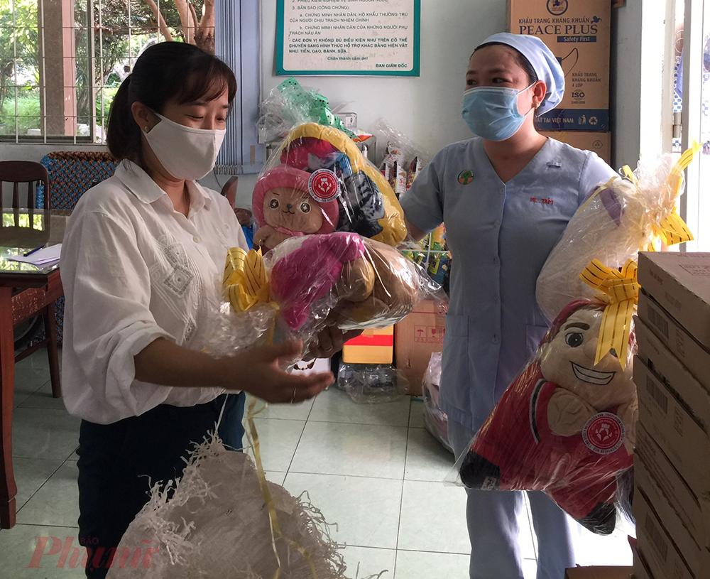 Do dịch COVID-19 diễn tiến phức tạp, nhiều trẻ em đang điều trị tại bệnh viện thiệt thòi hơn các bé khác, Bệnh viện Nhi đồng 2 TPHCM đã lên kế hoạch tặng quà cho hơn 1.000 trẻ ở tất cả các khoa, phòng nhằm giúp các bé có một Quốc tế thiếu nhi 1/6 ấm cúng.
