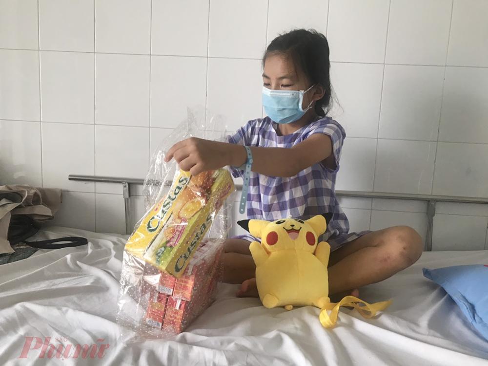 Về tình huống trên, bác sĩ CK2 Lê Thị Minh Hồng - Phó giám đốc Bệnh viện Nhi đồng 2 cho biết, TPHCM đang trong giai đoạn giãn cách nên nhân viên y tế không tổ chức sân khấu, sân chơi cho các bé mà bí mật chuẩn bị quà để các bé có chút niềm vui, quên đi mệt mỏi, đau đớn vì bệnh tật.