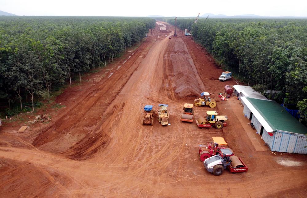 Ông Tuấn nói thêm, khối lượng đất đắp nền của gói thầu cần đến 960.000m3 đất. Tuy nhiên nhà thầu đã chủ động được 200.000m3 để thi công.
