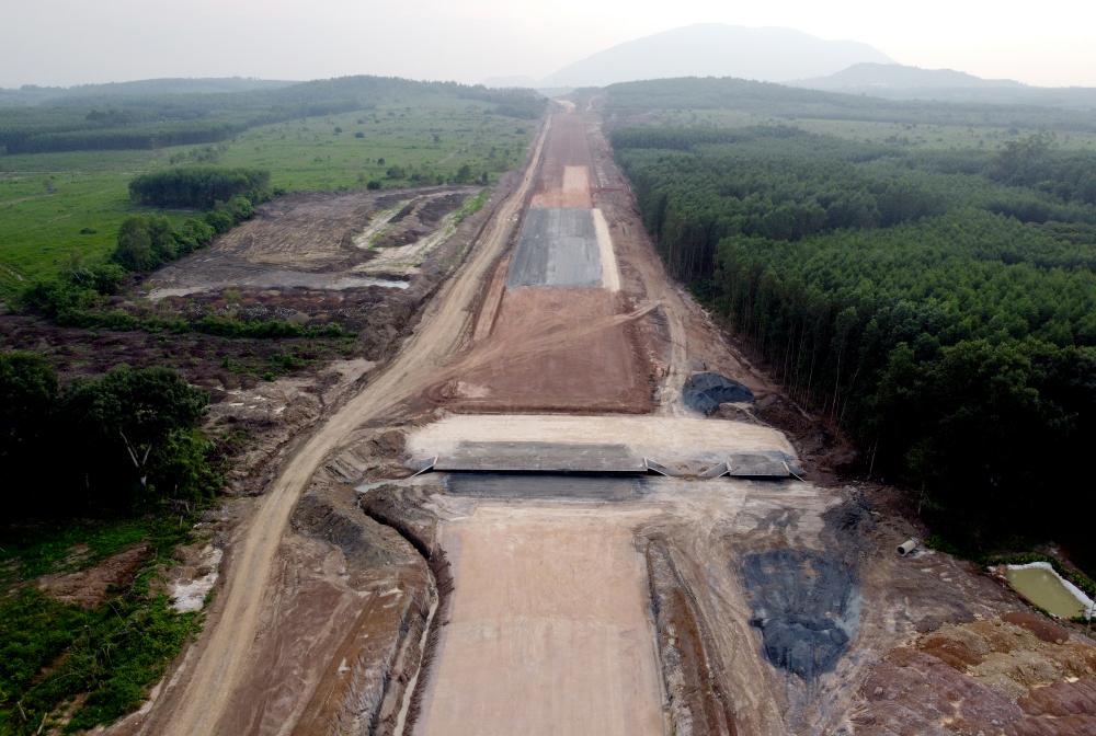 Ông Nguyễn Hoàng Hải - Giám đốc Ban điều hành gói thầu XL03 thuộc do liên danh Công ty Vinaconex và Trung Chính thi công, dài 33,5 km. cho biết, gói thầu dài hơn 35km,đoạn rải đá base là đoạn thi công rải thử đầu tiên của nhà thầu