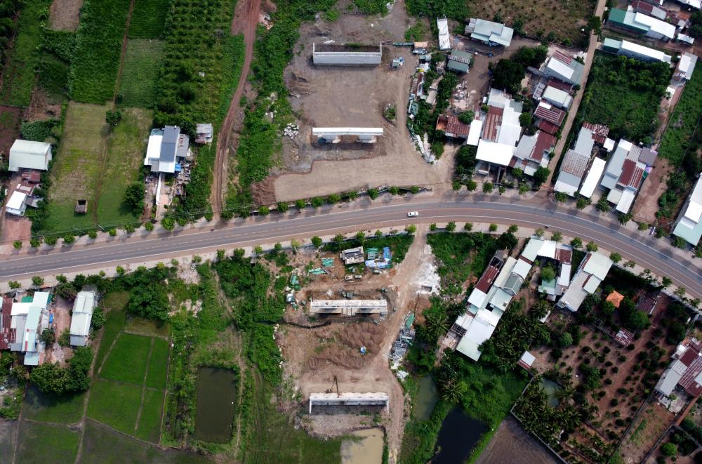 Đoạn cao tốc đi qua điểm giao với đường ĐT765, huyện Xuân Lộc, tỉnh Đồng Nai. Nơi đây 4 trụ cầu vượt chính đang được xây dựng. Trên toàn tuyến sẽ cócầu gồm 68 cầu, với 18 cầu trên đường cao tốc, 40 cầu vượt trực thông với đường cao tốc, 10 cầu trong nút giao liên thông