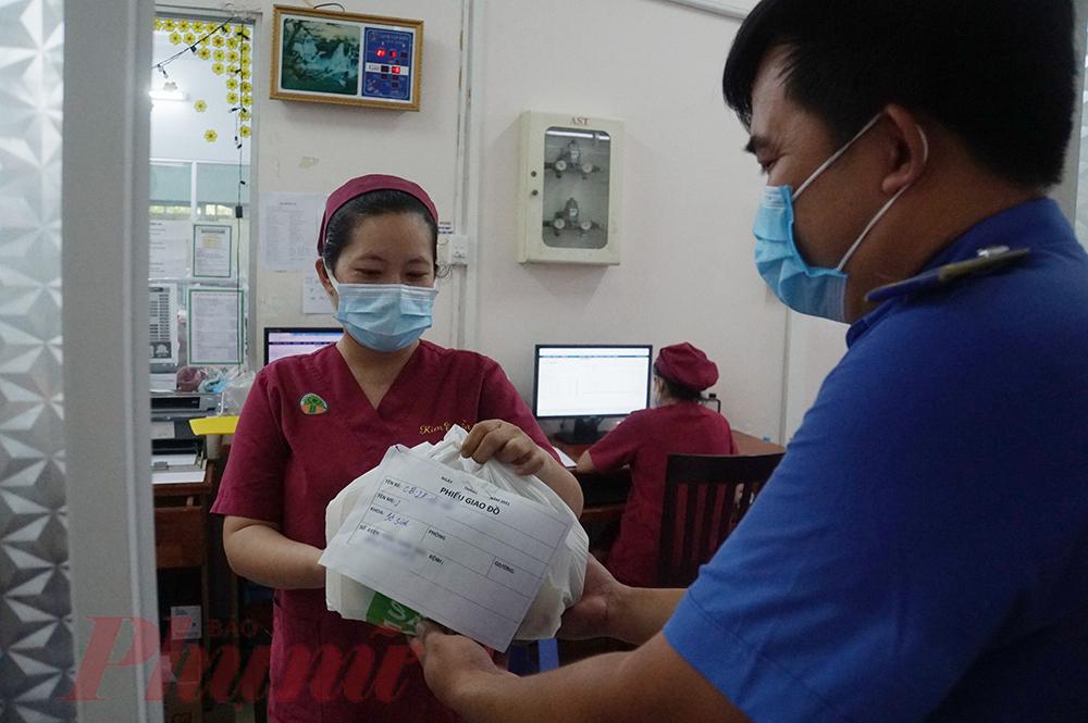 Khoa Sơ Sinh, shipper cũng tỏ ra chuyên nghiệp khi gửi cho các y, bác sĩ chứ không vào bên trong, anh Khoa nói: Tuy hạn chế tối đa lây nhiễm COVID-19 nhưng chưa chắc mình hoàn toàn khỏe mạnh, các bé ở đây rất nhỏ và yếu lắm, gửi đồ cho y tá, bác sĩ gọi mẹ đến lấy thì tốt hơn.