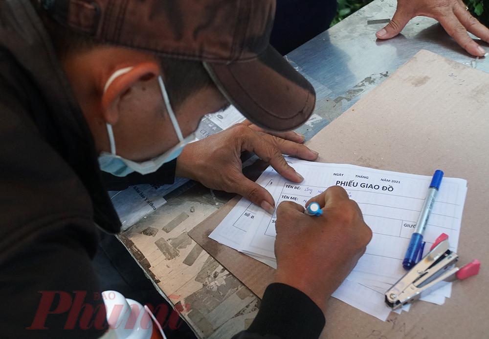 Để hạn chế tối đa lây nhiễm COVID-19 qua việc giao - nhận đồ ăn, nhu yếu phẩm, đội bảo vệ chỉ nhận đồ ký gửi tại cổng Quản trị, trước khi viết giấy gửi đồ, người nhà được đo nhiệt độ, khử khuẩn tay và đến một bàn riêng biệt để điền thông tin, đồ ký gửi cũng được để riêng không chạm vào các túi khác