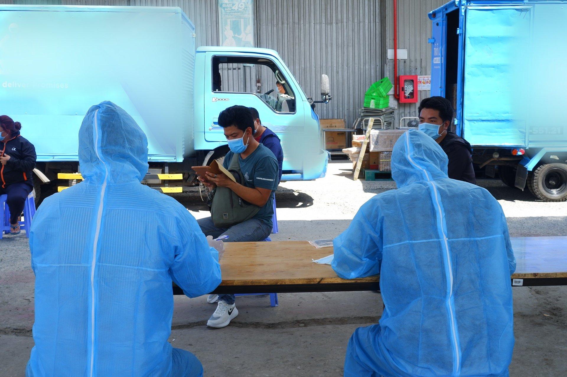 Nhân viên kho hàng ở khu công nghiệp Vĩnh Lộc được sàng lọc, lấy mẫu xét nghiệm SARS-CoV-2
