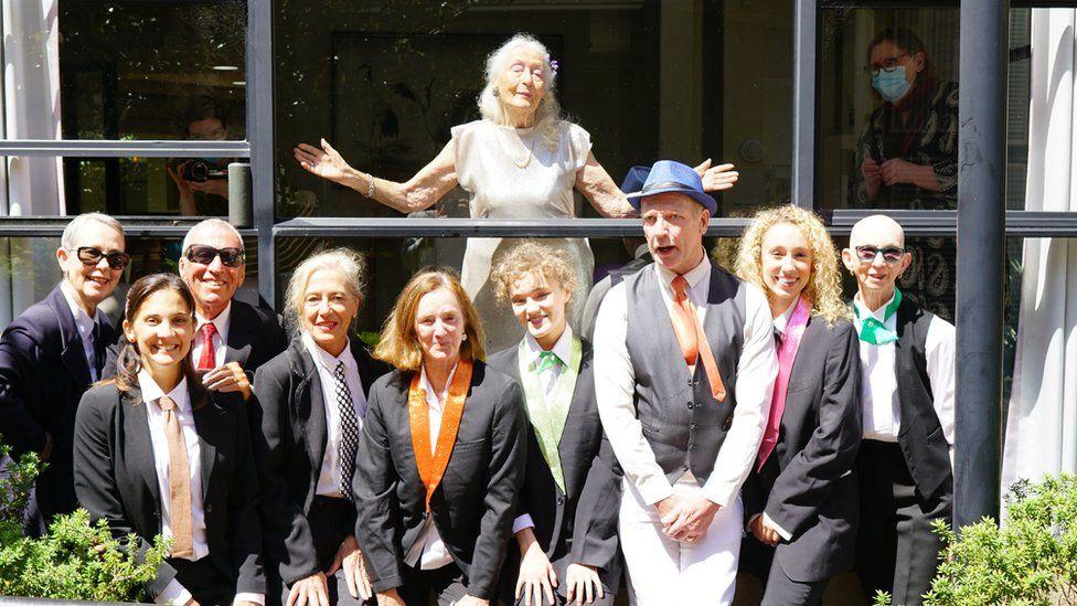 Bà Eileen Kramer (đứng sau) và bạn bè trong dịp sinh nhật 106 tuổi của mình