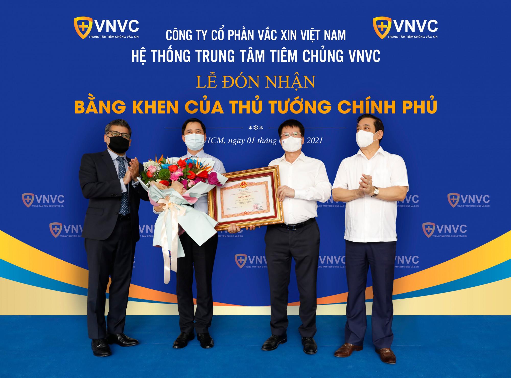 Ngày 1/6/2021, VNVC vinh dự đón nhận bằng khen của Thủ tướng Chính phủ vì những thành tích xuất sắc trong công tác phòng, chống dịch COVID-19.  Ảnh: ECO