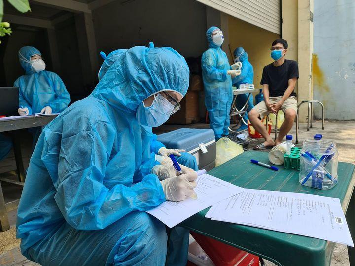 Nhân viên y tế lập danh sách người có liên quan