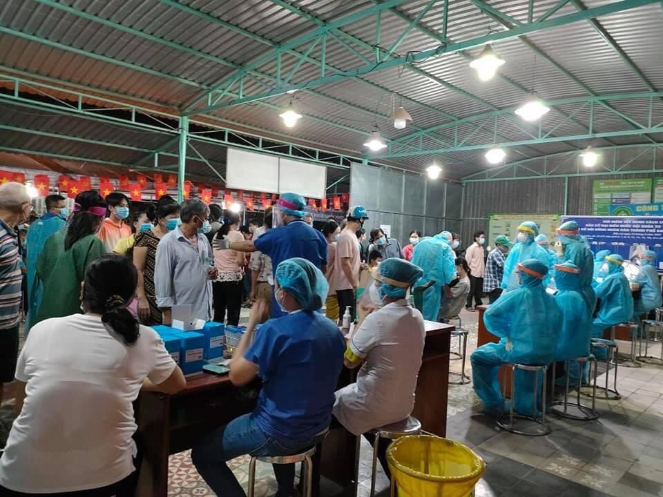 Hàng ngàn người dân phường Thạnh Lộc, quận 12 được lấy mẫu xét nghiệm COVID-19