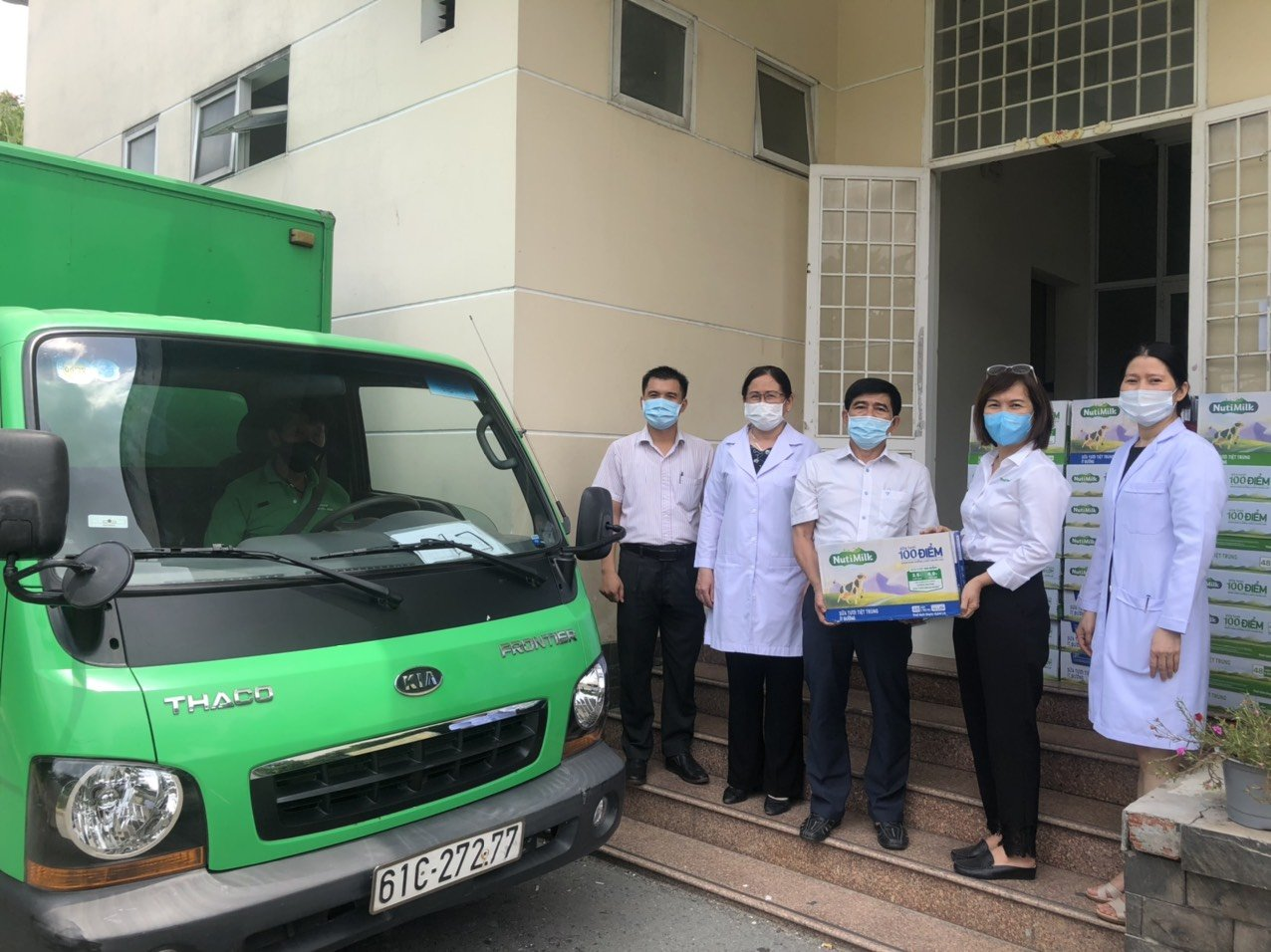 Bác sĩ  Trần Thị Minh Nguyệt trao tặng sữa cho các y bác sĩ đang thực hiện nhiệm vụ tại quận 12
