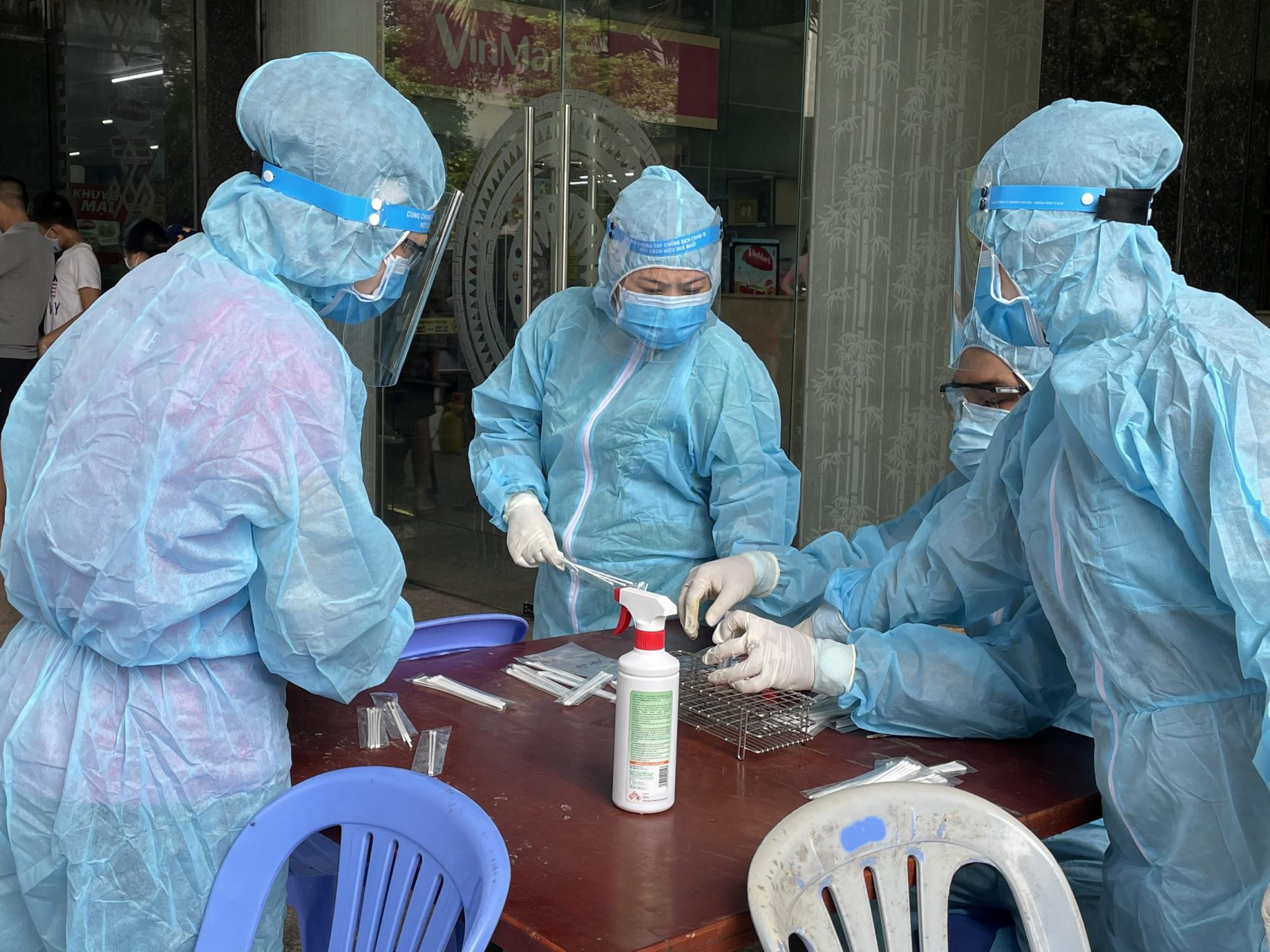 Tình hình COVID-19 tại TPHCM đang diễn biến phức tạp. Sở Y tế TPHCM đang chuẩn bị 2.000 giường bệnh để điều trị các ca nhiễm COVID-19.