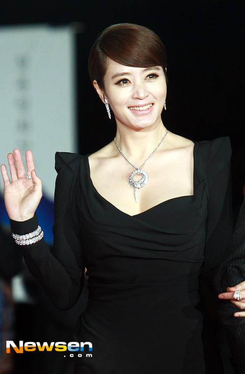 """Theo truyền thông xứ Hàn, Kim Hye Soo rất nghiêm ngặt trong việc kiểm soát chỉ số hình thể và luôn toát lên thần thái của một ngôi sao mọi lúc mọi nơi. Theo đuổi phong cách thời trang quyến rũ và gợi cảm nên """"chị đại"""" còn là gương mặt đắt sô trong các sự kiện, quay quảng cáo và chụp ảnh trang bìa."""