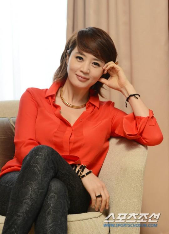 """Ngay từ khi mới vào nghề, """"chị đại"""" Kim Hye Soo đã gây ấn tượng đậm nét trong lòng khán giả nhờ chiều cao vượt trội, gương mặt hoàn hảo không tì vết cùng vòng 1 khủng. Và sau hơn gần 3 thập kỷ hoạt động nghệ thuật, nhan sắc đỉnh cao của nữ diễn viên đến giờ vẫn khiến các bậc hậu bối ghen tị."""