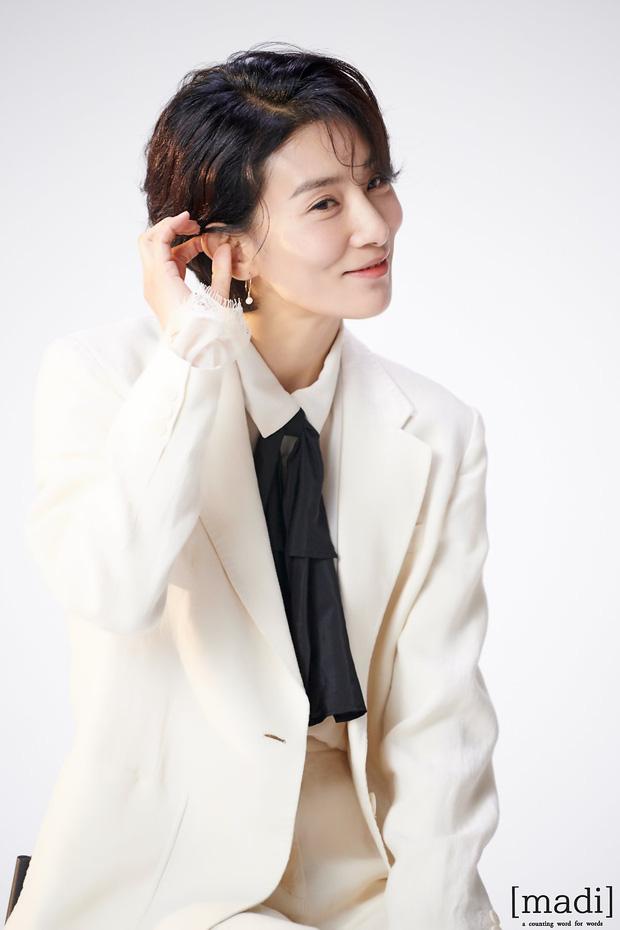 Với thần thái đỉnh cao cùng sắc vóc quyến rũ gây sốt của Kim Seo Hyung  trong bộ phim Mine (tựa Việt: Sở hữu) khiến nhiều khán giả bất ngờ khi biết được nữ diễn viên đã bước sang tuổi 48.