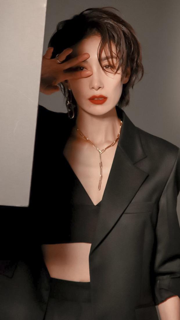 """Không chỉ được mệnh danh là một trong số các tượng đài diễn xuất xứ kim chi, """"ác nữ"""" Kim Seo Hyung còn nổi tiếng nhờ vẻ đẹp phi giới tính vô cùng ấn tượng. Sở hữu gương mặt góc cạnh, trung thành với kiểu tóc ngắn cá tính cũng như ưa chuộng các mẫu vest, suit cách điệu hiện đại dễ dàng giúp nữ diễn viên thu hút mọi ánh nhìn trong các sự kiện mà cô góp mặt."""