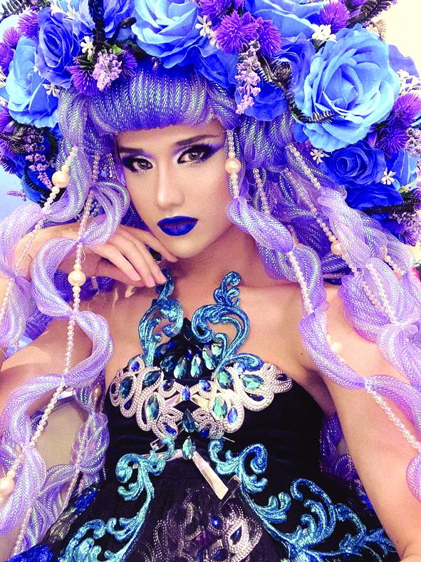 Nghệ thuật drag queen được du nhập vào Việt Nam từ những năm 1990. Tuy nhiên những tụ điểm biểu diễn loại hình này không nhiều. Định kiến về giới tính ở Việt Nam khá khắt khe khiến nghệ sĩ không có điều kiện phát triển. Đa số mọi người không công nhận đây là một nghề mà chỉ xem như một trò đùa vui ở các tụ điểm giải trí.