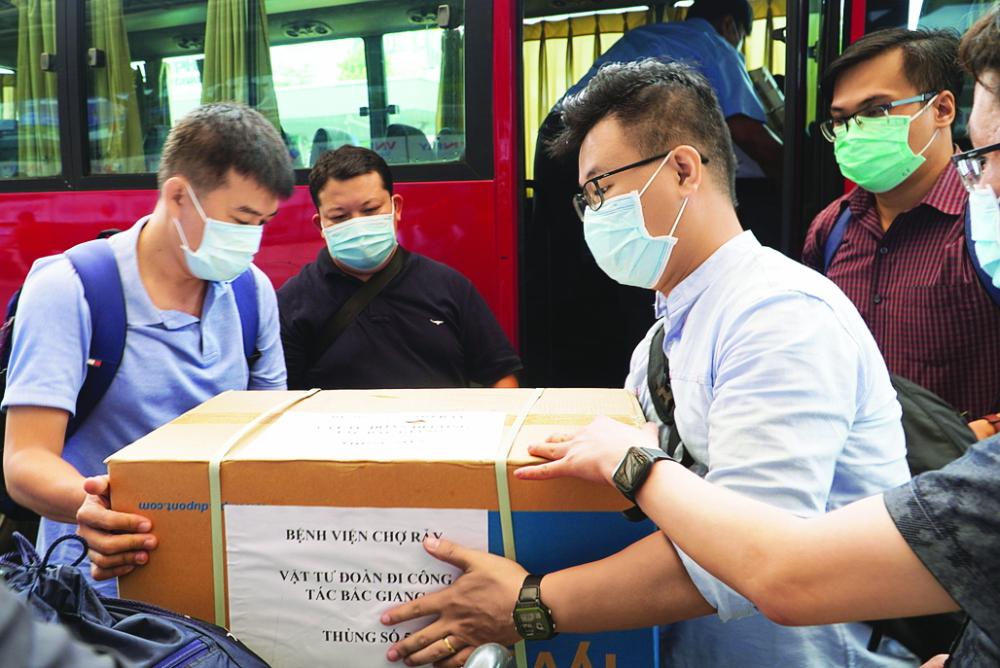 Ngày 26/5, 13 y, bác sĩ Bệnh viện Chợ Rẫy mang vật tư phòng hộ lên đường đến Bắc Giang  hỗ trợ tỉnh lập bệnh viện dã chiến, điều trị  bệnh nhân nặng - Ảnh: Bệnh viện chợ rẫy