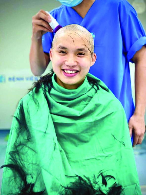 Nụ cười tỏa nắng của bác sĩ trẻ Đặng Minh Hiệu - Khoa Gây mê Hồi sức, Bệnh viện Đại học Y Dược TP.HCM - khi đang cạo đi mái tóc của mình để chuẩn bị chi viện cho tâm dịch Bắc Giang đã tiếp thêm sức mạnh cho rất nhiều người trong cuộc chiến này - Ảnh: Bệnh viện Đại học y dược TP.HCM