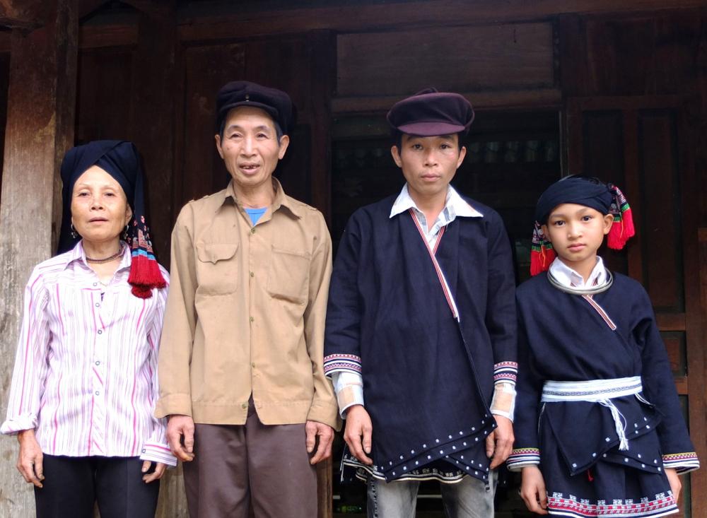 Từ phải qua: Bàn Văn Lý cùng bố đẻ là Bàn Văn Hợp và ông nội là Bàn Văn Phong trong lễ lập tĩnh