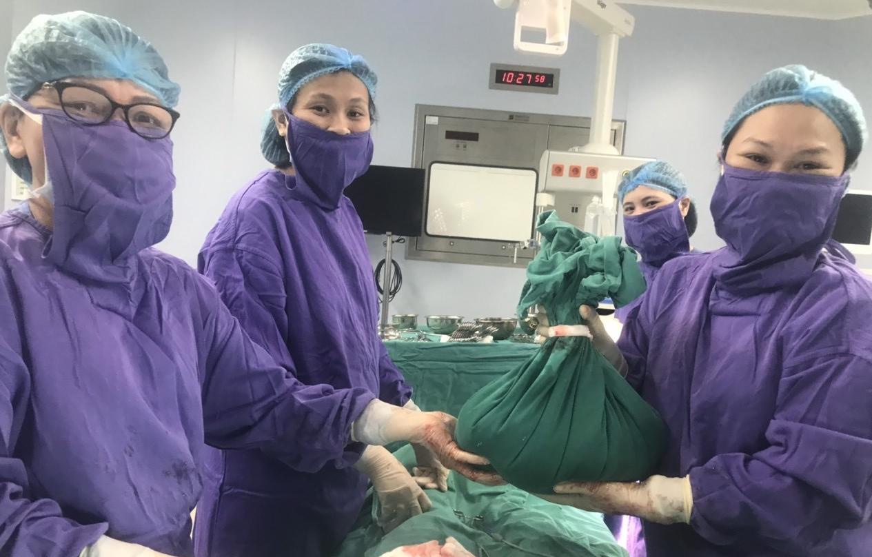 Khối u 10kg được lấy ra sau phẫu thuật
