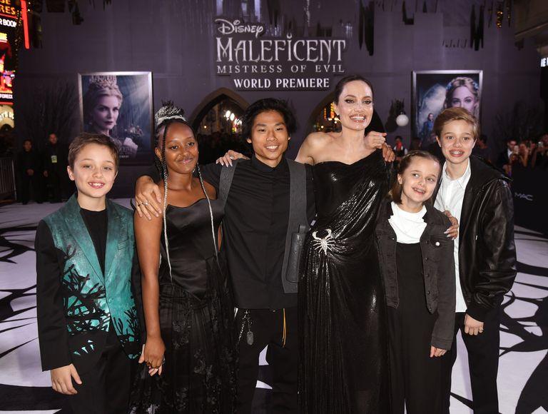 Angelina Jolie và 5 con trong buổi ra mắt phim