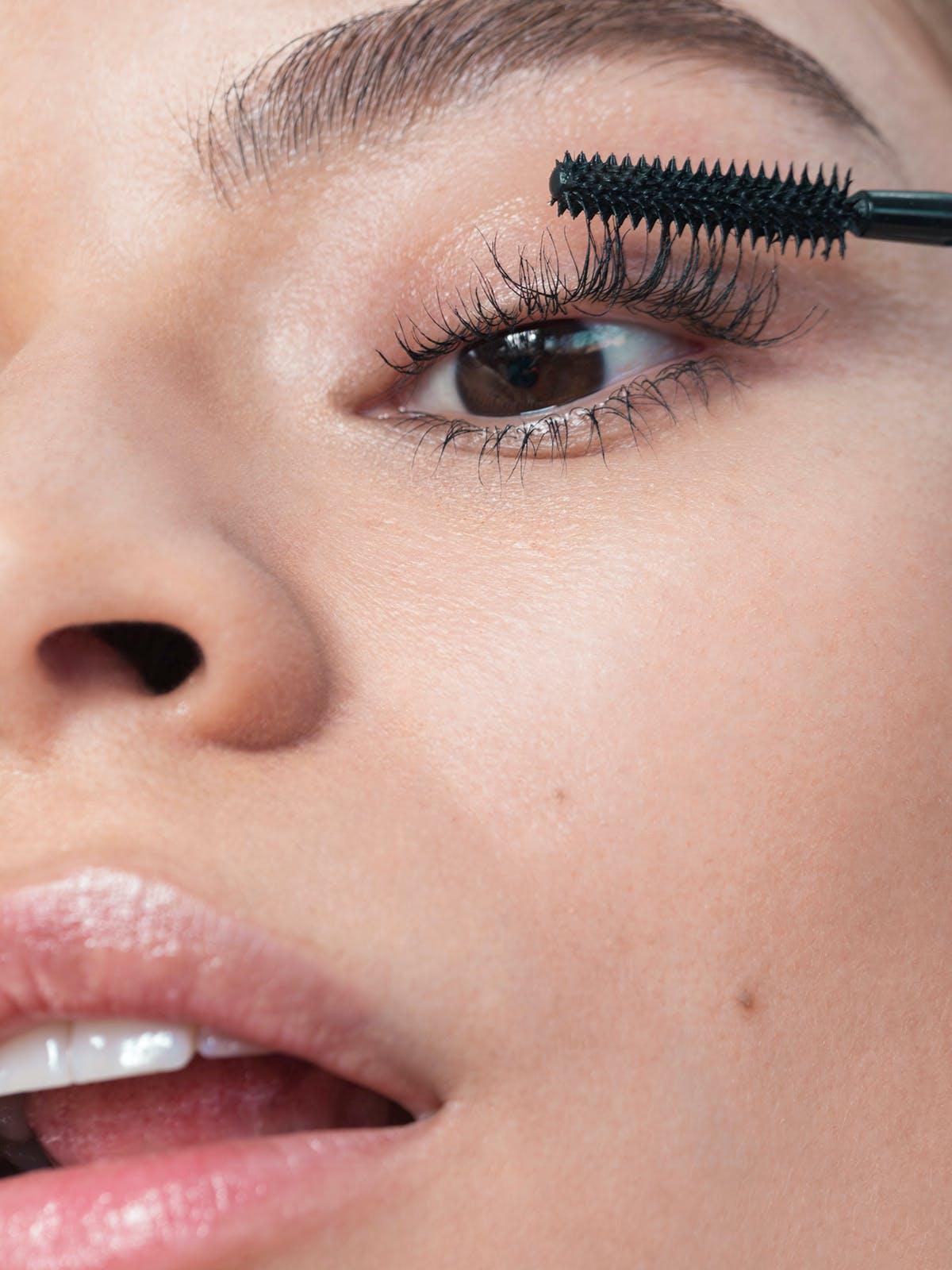 Thay đổi thói quen trang điểm: Đảm bảo rằng bạn đang sử dụng chất tẩy trang nhẹ nhàng và loại mascara dễ rửa sạch (bỏ qua loại mascara không thấm nước của bạn), vì nó có thể làm khô mi khiến mi trở nên mỏng manh và dễ gãy. Bạn cũng nên thay mascara ba tháng một lần để tránh vi khuẩn và làm khô mi. Đối với những người yêu thích lông mi giả, chúng có thể trông tuyệt vời trong giây lát, nhưng tác hại lâu dài từ keo dán mi là không đáng. Ngoài ra, tránh uốn mi quá nhiều vì đôi khi có thể cản trở sự phát triển của lông mi.
