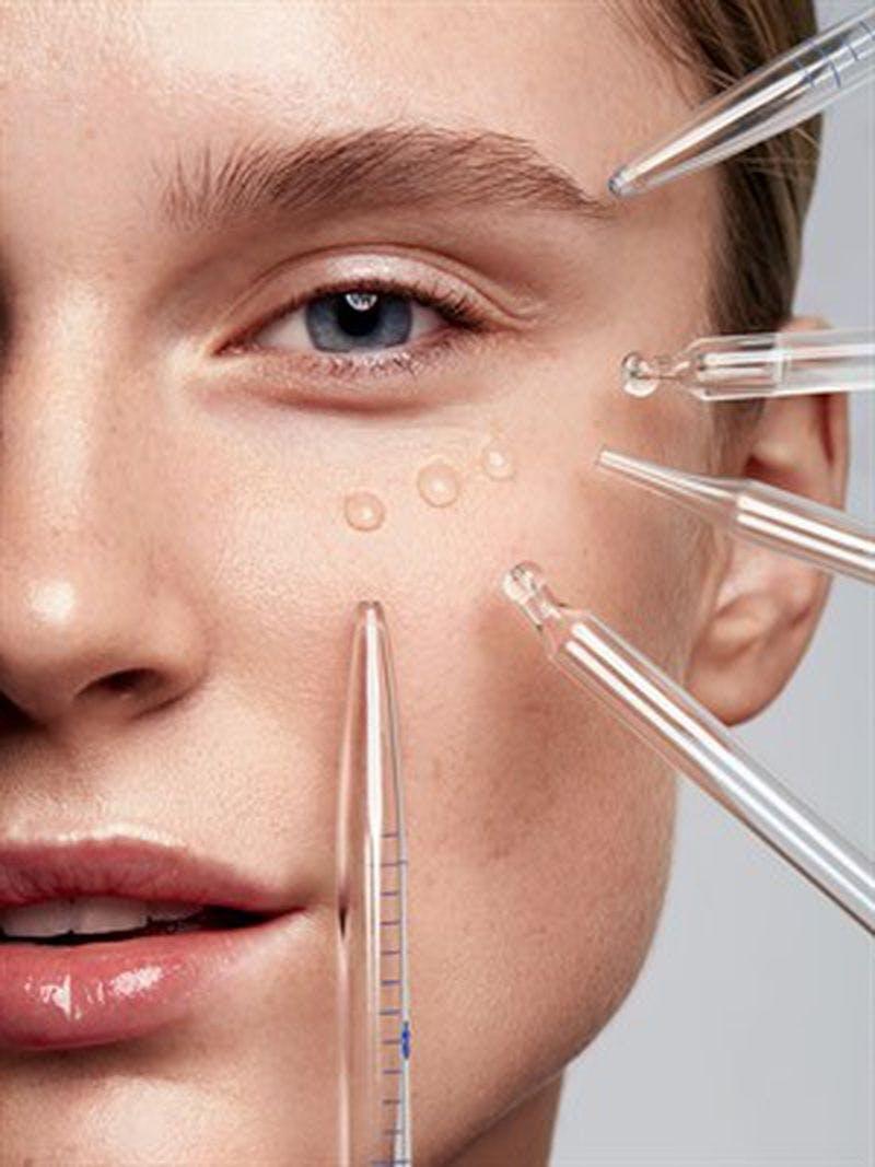 Dùng serum dưỡng mi: Serum dưỡng mi là một chất dạng lỏng gồm protein và một số vitamin A, B6 và E có khả năng kích thích mi mọc dài và dày hơn  Ngoài ra, chúng còn có chứa các tinh chất như panthenol trà xanh,  vitamin B5, D… Khi sử dụng, tính chất sẽ nhanh chóng thấm sâu vào vùng da tại mi mắt, kích thích lông mi mọc nhanh và dài hơn. Serum dưỡng mi có tác dụng giúp lông mi mọc dày hơn nhưng không mất đi sự mềm mượt, cong dài quyến rũ và giảm tình trạng gãy rụng mi do các tác nhân như gắn mi giả.