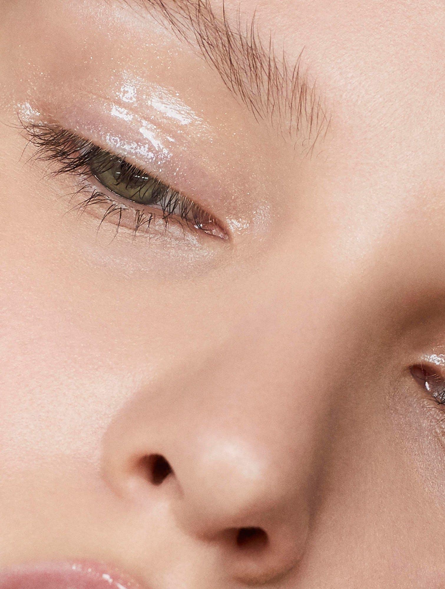 Tẩy trang mắt nhẹ nhàng: Vào cuối ngày, hãy nhớ tẩy trang để tránh mascara làm cứng mi. Khi tẩy trang, tránh lau quá mạnh, thực hiện thao tác nhẹ nhàng ở vùng da quanh mắt. Khi dùng sữa rửa mặt làm trôi lớp mascara nên massage khoảng 30 giây để rửa sạch mascara. Ngoài ra, hãy chắc chắn rằng bạn không dụi mắt quá mức vì điều này góp phần làm tổn thương lông mi.