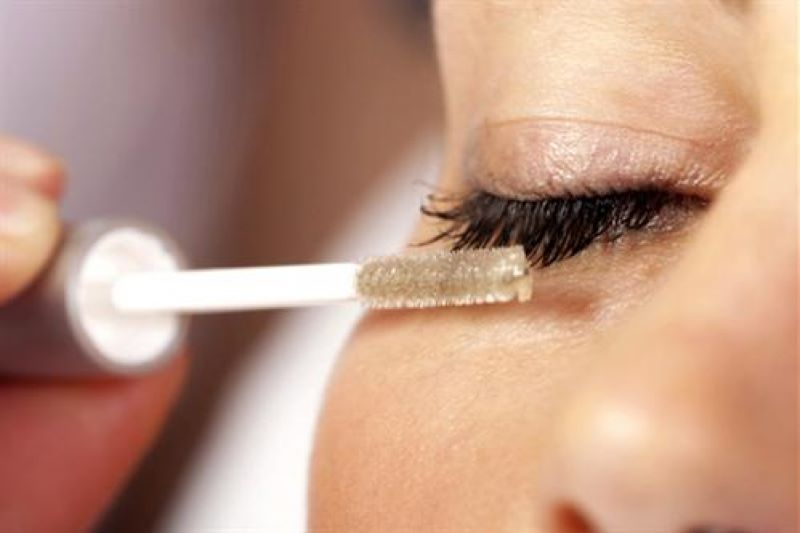 Sử dụng dầu ô liu hoặc dầu dừa để dưỡng mi: Dầu ô liu có tác dụng làm dài và chắc tóc thì chúng cũng rất hiệu quả đối với lông mi, giúp hàng mi của bạn dài và đầy đặn hơn gấp đôi. Dầu ô liu chứa axit béo giúp dưỡng ẩm, làm mềm hàng mi. Tất cả những gì bạn cần là một cây chải mascara chưa qua sửu dụng để chuốt dầu lên mi. Dầu dừa cũng có thể được sử dụng như một loại kem dưỡng ẩm cho  lông mi. Cho một ít lên đầu ngón tay và xoa nhẹ lên lông mi để tạo độ mềm và chắc.
