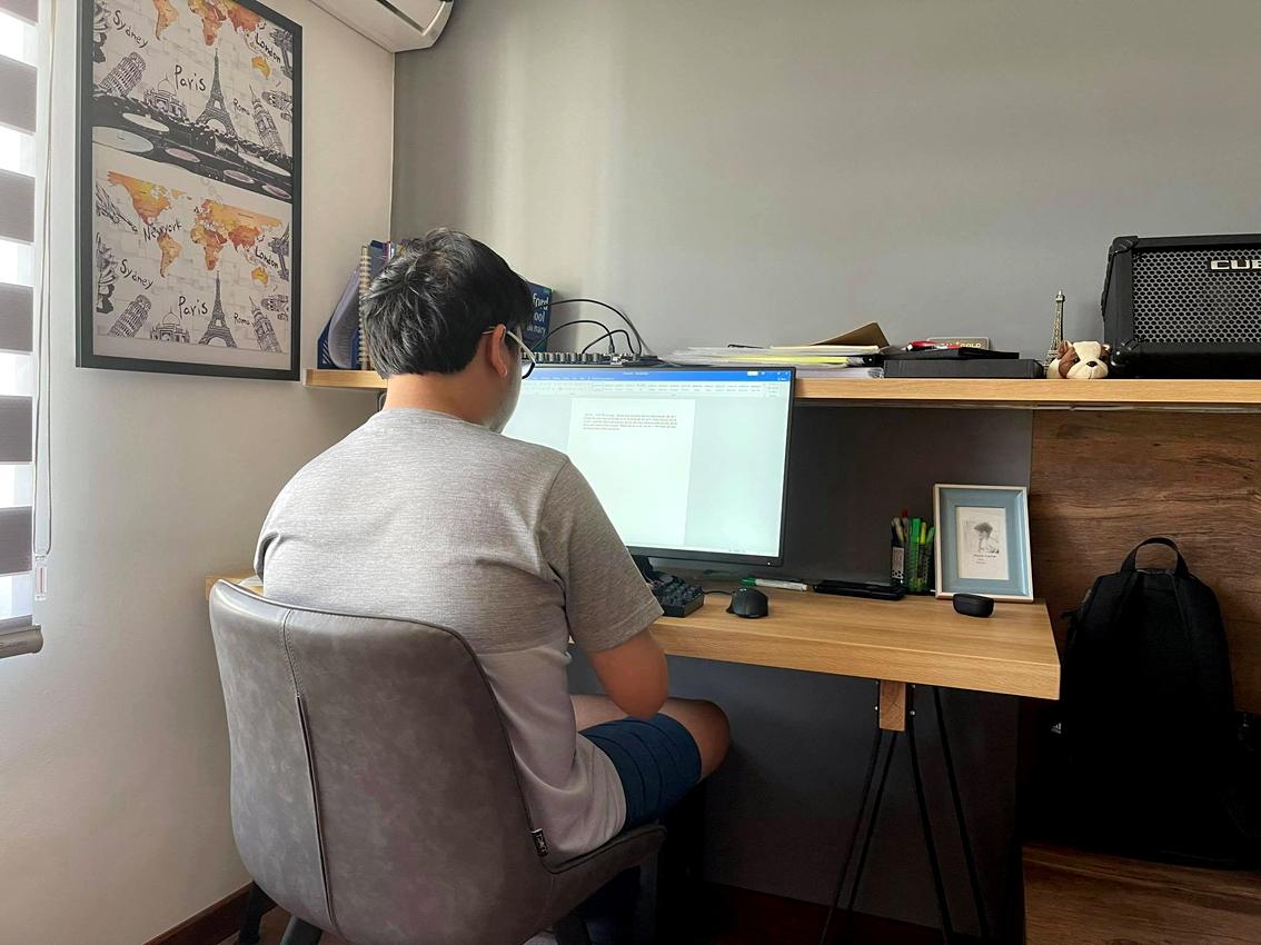 Học sinh lớp Chín đang ôn thi trực tuyến tại nhà - ảnh: Thanh Huyền