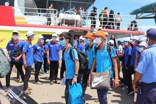 Học sinh Phú Quý vào đất liền thi tốt nghiệp 2020