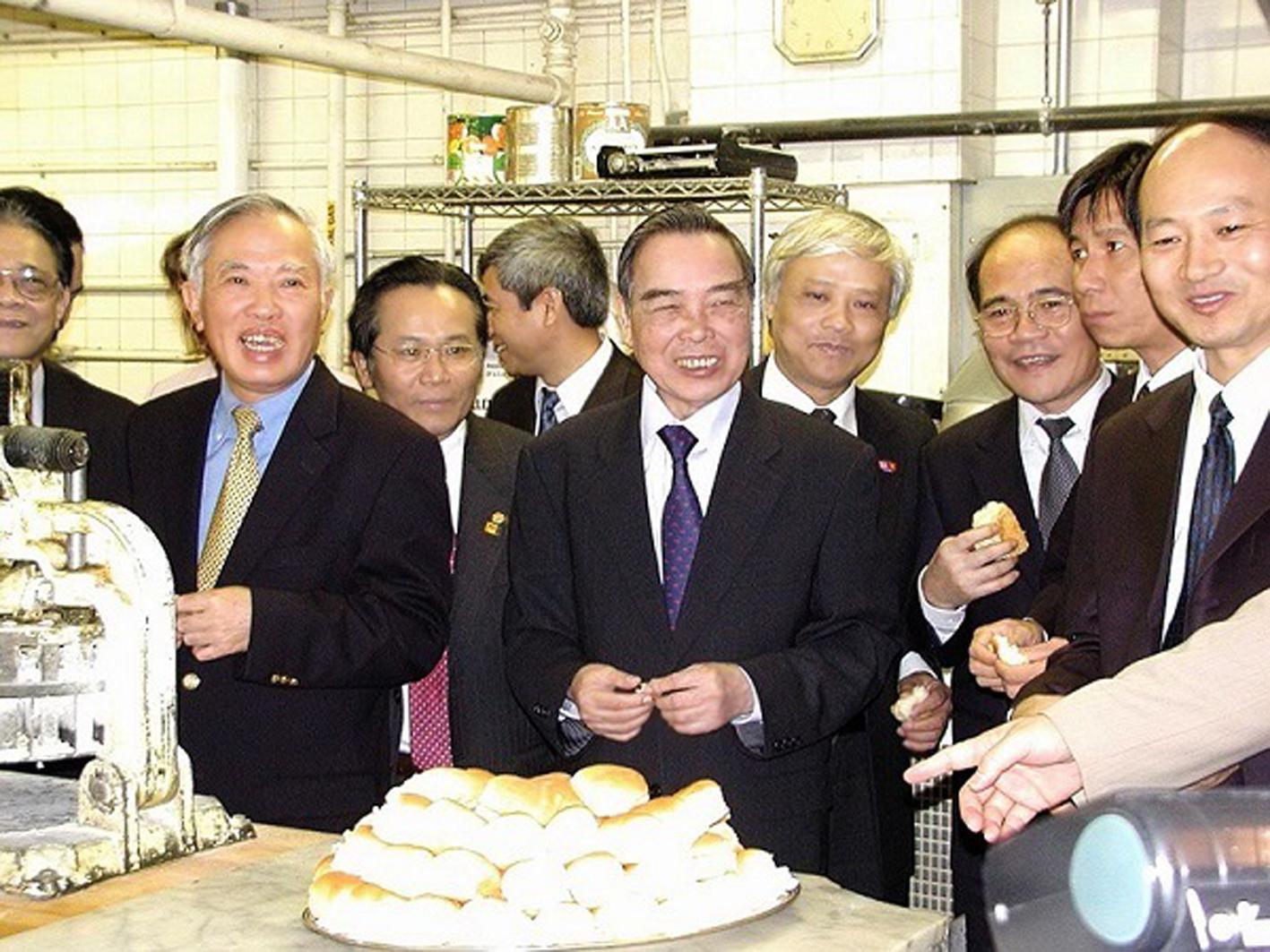 Năm 2005, Thủ tướng Phan Văn Khải đến thăm gian bếp của khách sạn  Omni Parker House, nơi Bác Hồ đã làm việc từ năm 1912-1913 - Ảnh: Phạm Thục