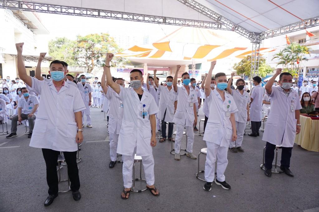 20 cán bộ, y, bác sĩ (6 bác sĩ, 12 điều dưỡng, 2 kỹ thuật viên xét nghiệm) của tỉnh Quảng Ninh lên đường chi viện Bắc Giang.