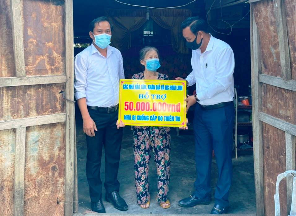 Đoàn nghệ sĩ đại diện danh hài Hoài Linh đã trao 100 triệu đồng để xây dựng 2 căn nhà ở xã Đại Lãnh (mỗi căn 50 triệu đồng)