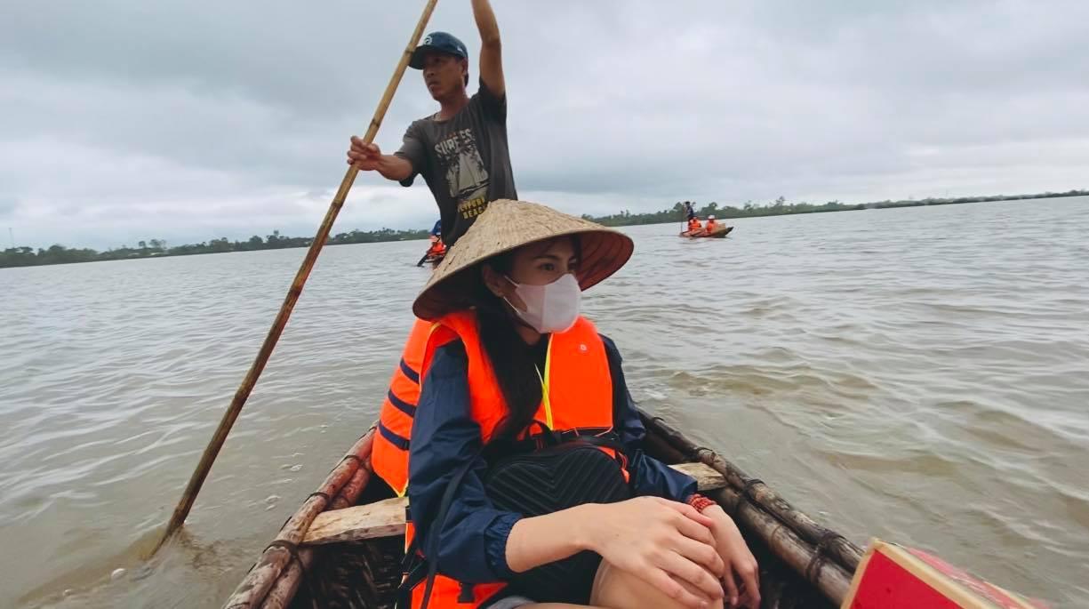 Hình ảnh Thuỷ Tiên từ thiện tại miền Trung đợt lũ lụt năm 2020.