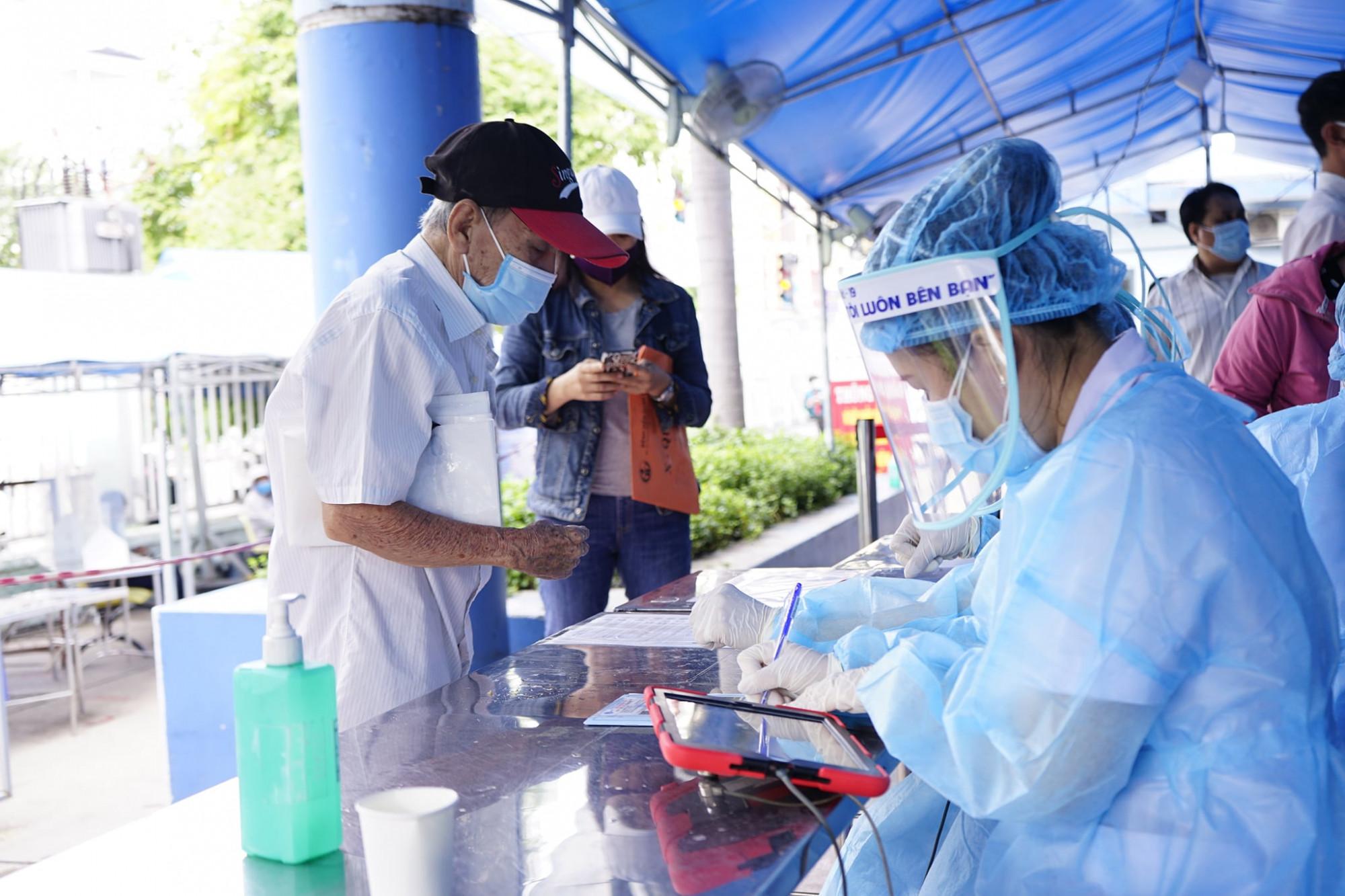 Tiếp nhận bệnh nhân đến đăng ký khám bệnh tại Bệnh viện nhân dân Gia Định.
