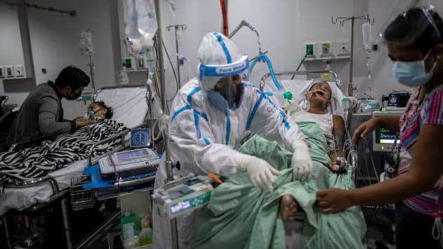 Một bệnh nhân Philippines mắc bệnh SARS-Cov-2 đang được lọc máu tại phòng cấp cứu ở Quezon City, Metro Manila. Nơi này đã tuyên bố tình trạng quá tải trong bối cảnh số lượng Nhiễm COVID-19 đang ngày càng dâng cao.