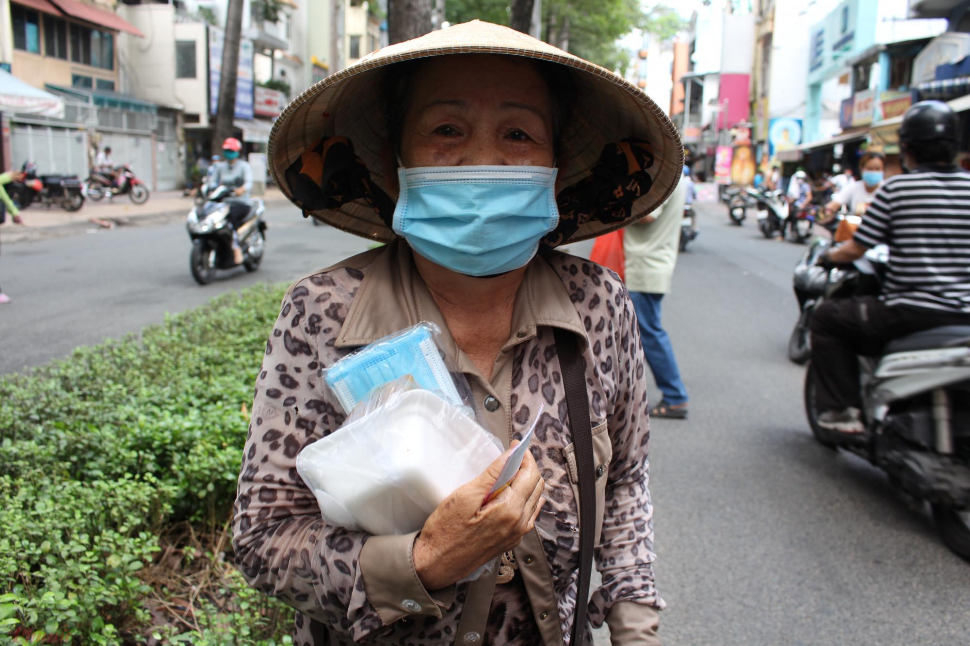 Bà Nguyễn Thị Ngọc Trâm, 74 tuổi, tạm trú quận 8, TP.HCM, làm nghề bán vé số đến nhận cơm từ thiện tại số 96 Nguyễn Chí Thanh. Mỗi ngày, bà Trâm đều đến nhận cơm, còn tiền bán vé số bà để dành đóng tiền trọ, mua thuốc uống.