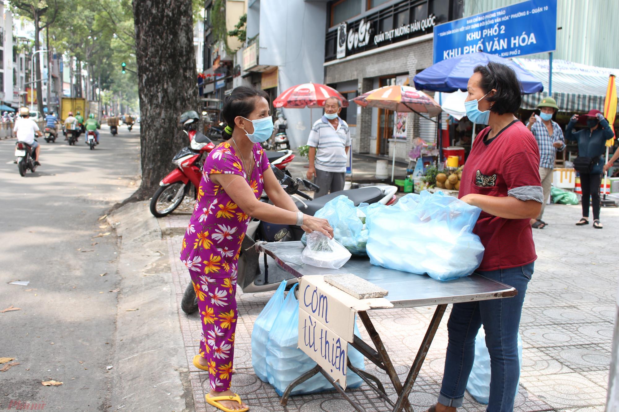 Cách địa điểm 96 Nguyễn Chí Thanh không xa, tại số 523 Nguyễn Tri Phương (quận 10, TP.HCM), cô Nguyễn Thị Hòa cùng con cháu cũng góp tiền nấu cơm chay tặng người nghèo.