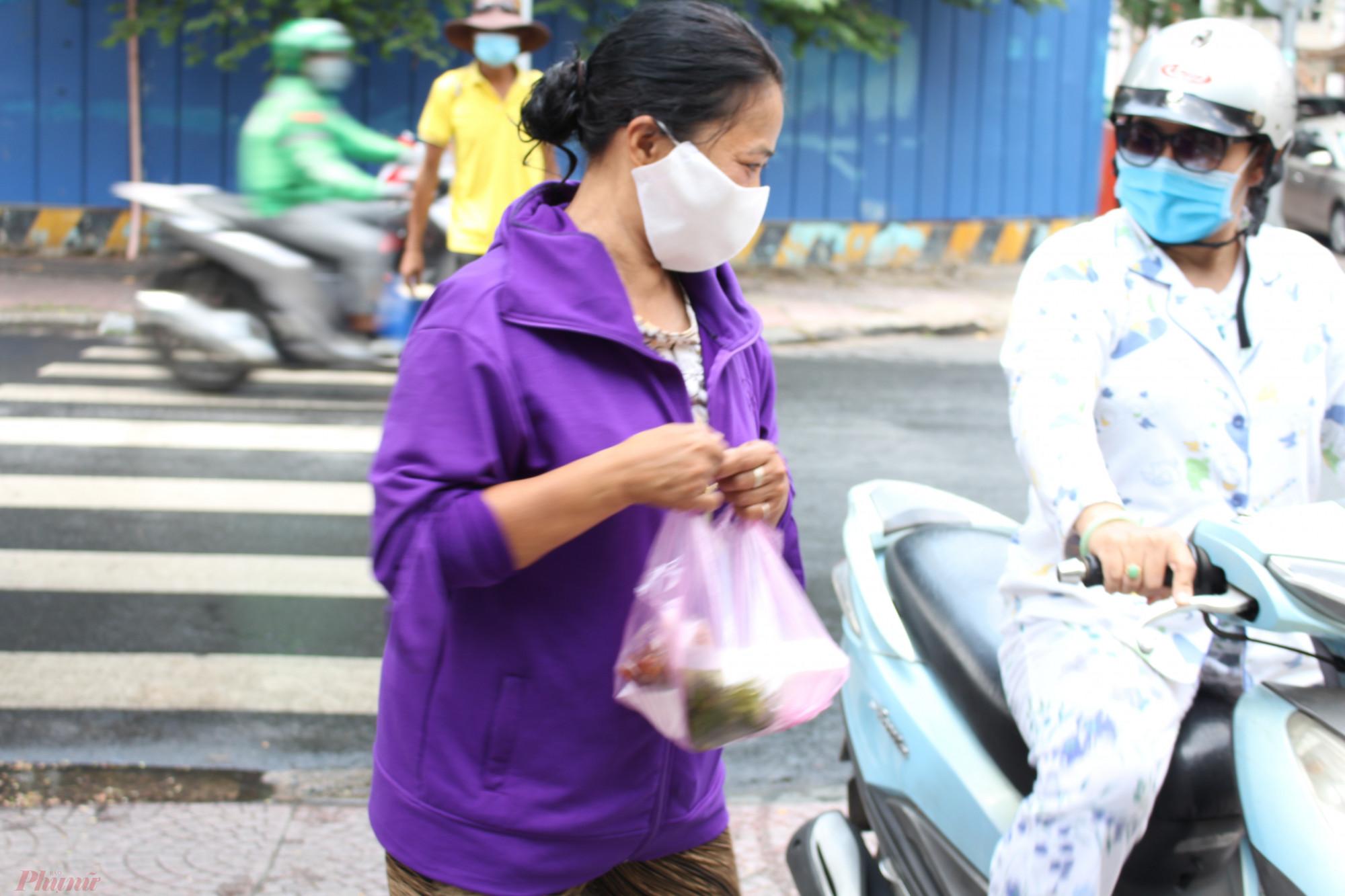 Cô Cao Thị Thanh vốn làm giúp việc ở quận 7, TPHCM. Dịch bệnh, cô mất việc, theo chồng ra ngã tư Nguyễn Trung Trực - Lê Thánh Tôn nhận cơm từ thiện.