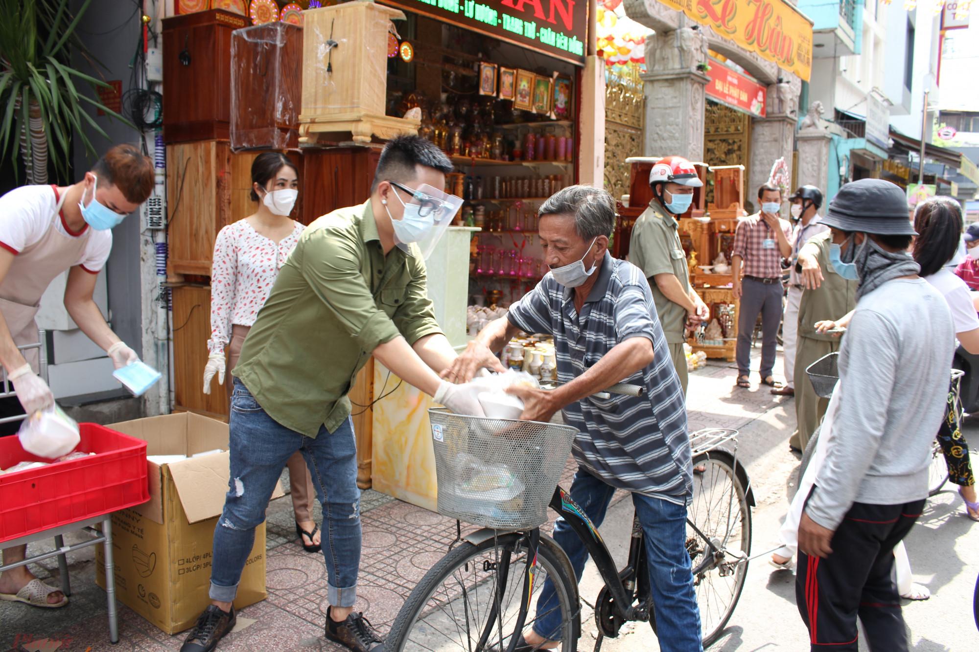 Người nghèo được nhận cơm, sữa, khẩu trang... miễn phí tại số 96 Nguyễn Chí Thanh, quận 10, TP.HCM