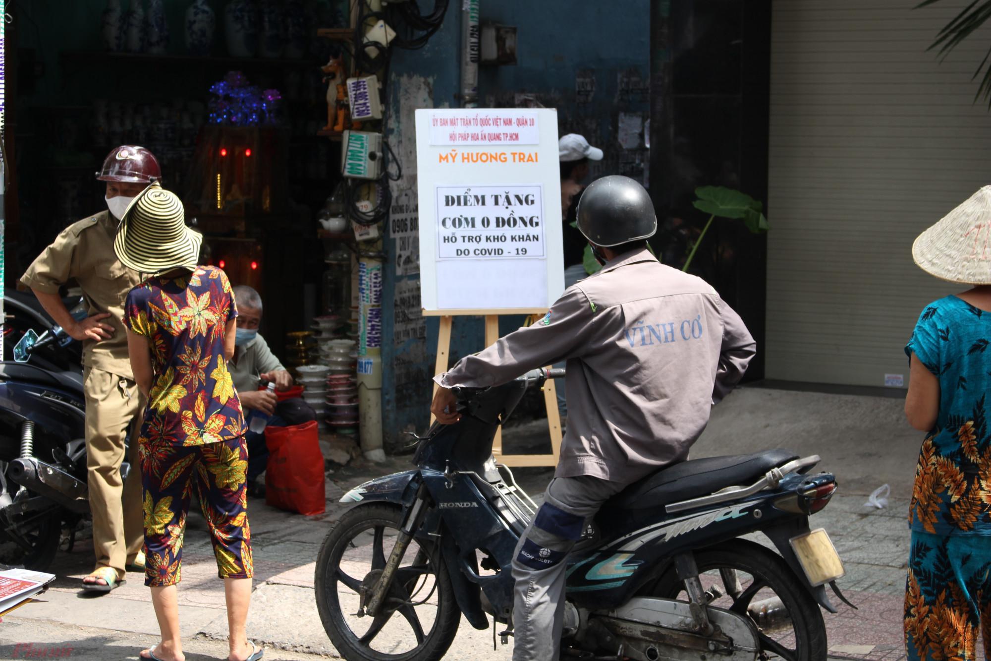 Mỗi ngày, tại số 96 Nguyễn Chí Thanh, phường 2, quận 10, TP.HCM, Hội Pháp Hoa Ấn Quang, quán chay Mỹ Hương Trai phối hợp với Ủy ban MTTQ Việt Nam quận 10, UBND phường 2 (quận 10) và các mạnh thường quân cũng phát hơn 300 phần cơm và khẩu trang cho người nghèo.