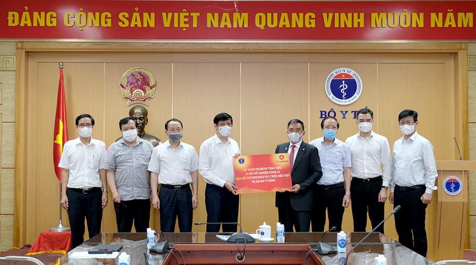 Bộ Y tế tiếp nhận 30 máy xét nghiệm COVID-19 qua hơi thở do Tập đoàn Vingroup trao tặng