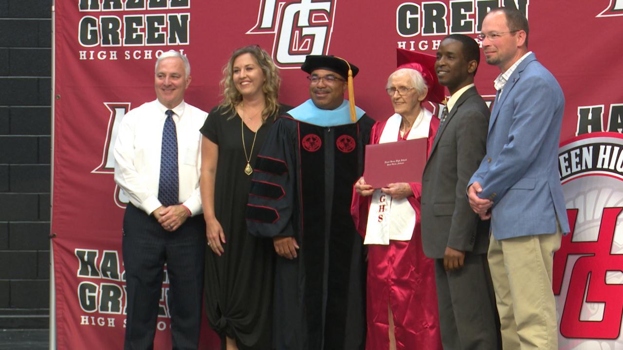 Bà Grace Lee (áo đỏ) nhận bằng tốt nghiệp sau hơn 70 năm xa trường lớp