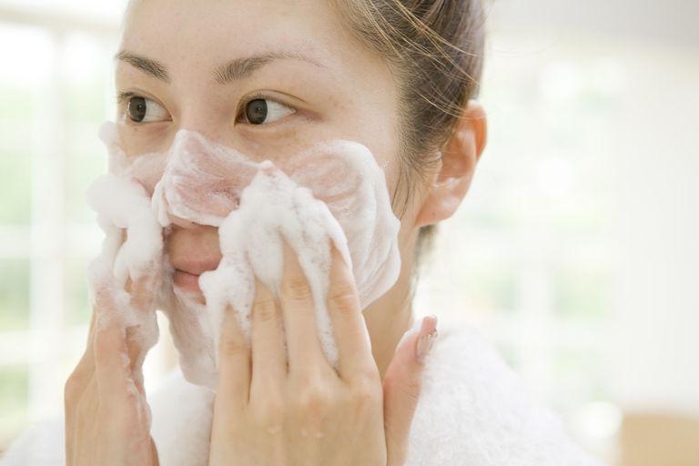 Sử dụng sữa rửa mặt không phù hợp: Rất nhiều người có lỗ chân lông to và da dầu đang sử dụng chất tẩy rửa quá mạnh để sử dụng hàng ngày sẽ làm da bị kích ứng và sản xuất dầu thừa khiến lỗ chân lông to hơn. Bạn nên làm sạch 2 lần với một loại sữa rửa mặt dịu nhẹ để tránh làm mất đi lớp dầu tự nhiên của da và đặc biệt nên tránh các sản phẩm tạo bọt. Lựa chọn sữa rửa mặt dịu nhẹ cho da nhạy cảm ưu tiên các thành phần an toàn như là glycerin, hyaluronic acid, niacinamide, chiết xuất lô hội...
