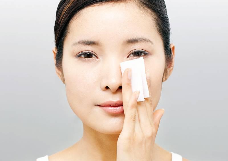 Dùng giấy thấm dầu thường xuyên: Khi giấy thấm dầu tiếp xúc với bề mặt da, sẽ lấy đi lượng dầu nhờn dư thừa nhưng đồng thời cũng vô hình chung lấy đi lượng dầu và nước tự nhiên trên da của chúng ta.