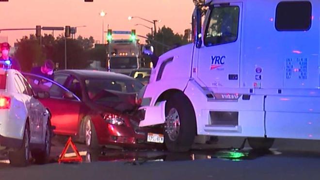 Chiếc xe màu đỏ của hai bé gái va chạm với đầu xe tải